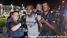 10.7.2016*** Police arrest activist DeRay McKesson during a protest along Airline Highway, a major road that passes in front of the Baton Rouge Police Department headquarters Saturday, July 9, 2016, in Baton Rouge, La. Protesters angry over the fatal shooting of Alton Sterling by two white Baton Rouge police officers rallied Saturday at the convenience store where he was shot, in front of the city's police department and at the state Capitol for another day of demonstrations. (AP Photo/Max Becherer) | picture alliance/AP Photo/M. Becherer