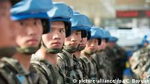 Chinese peacekeepers line up during a departure ceremony before flying to South Sudan for UN peacekeeping missions at Jinan Yaoqiang International Airport in Jinan city, east China's Shandong province, 7 April 2015. China will contribute 8,000 troops for a United Nations peacekeeping standby force, (Foto: picture-alliance/dpa/C. Boyuan)