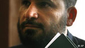 Der Richter des Oberstes afghanischen Gerichts Ansarullah Mawlavezada hält eine Bibel Fall Abdul Rahman der zum Christentum übergetreten ist