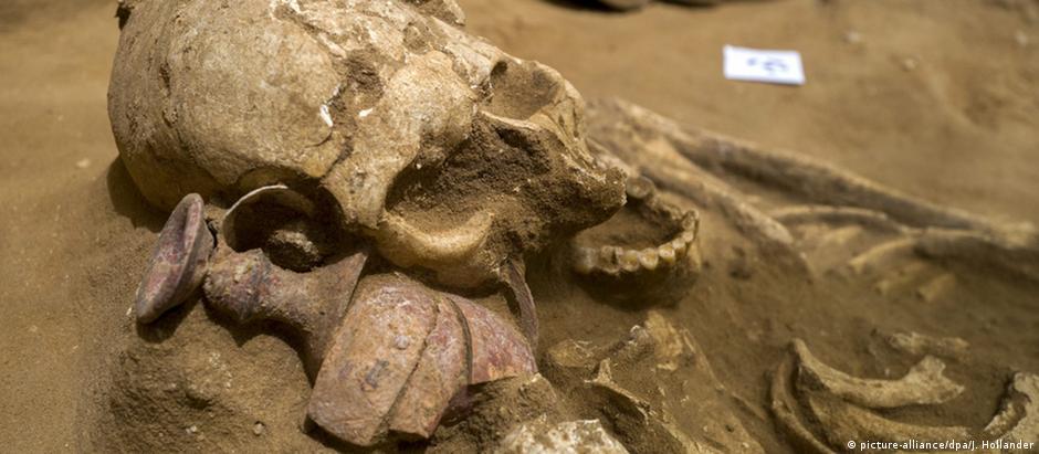 Esqueleto e objetos funerários escavados em Ashkelon
