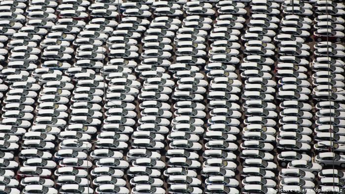 Leipzig Porsche Fahrzeuge auf Halde (picture-alliance/dpa/C. Welz)