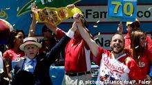 USA New York Joey Chestnut (R) gewinnt Hot-dog essen