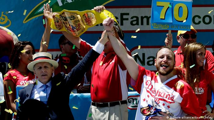 USA New York Joey Chestnut (R) gewinnt Hot-dog essen