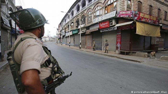 Indien Kaschmir Auseinandersetzungen in Srinagar Paramilitär sichert