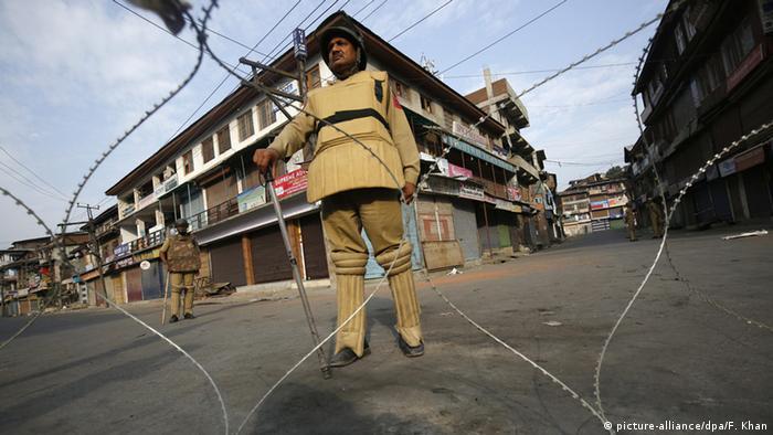 Indien Kaschmir Auseinandersetzungen in Srinagar Polizeioffizier sichert