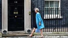 05.07.2016+++Theresa May vor 10 Downing Street British Home Secretary Theresa May leaves No10 Downing Street after attending a Cabinet Meeting in London, Britain, 05 July 2016. May is one of the candidates for Conservative party leadership to succeed David Cameron. EPA/WILL OLIVER | (c) picture-alliance/dpa/W. Oliver