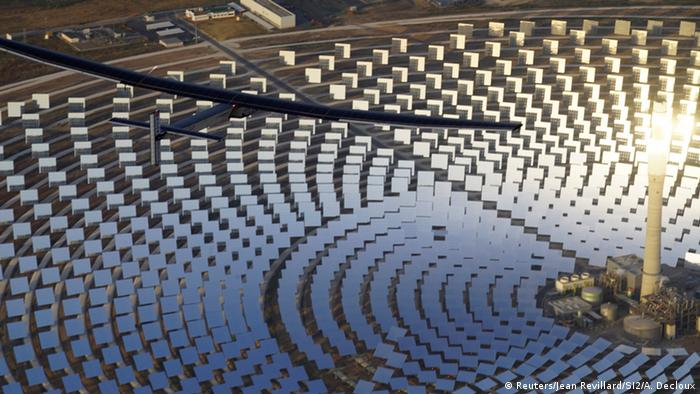 Spanien Solar Impulse2 überfliegt Gemasolar Thermosolar Plant in Sevilla