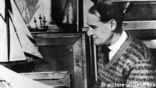 Der deutsch-amerikanische Maler Lyonel Feininger, umrahmt von Seelboot-Modellen. Im Hintergrund eines seiner Bilder, das ein Segelboot zum Motiv hat. Der in New York als Sohn deutscher Eltern geborene Künster war von 1919 bis 1932 am Bauhaus tätig, kehrte aber nach Hitlers Machtergreifung in sein Geburtsland zurück. Aufnahme aus dem Jahr 1932.   Verwendung weltweit © picture-alliance/dpa