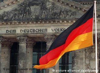 La bandera alemana ondea en el edificio del Reichstag (Parlamento alemán).