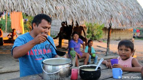 Brasilien Volkstamm Munduruku Kaxidi Getränk