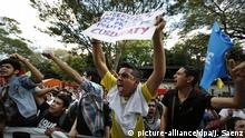 11.07.2016+++Demonstranten vor dem Gerichthof protestieren gegen das Urteil des Curuguaty-Falls in Asuncion, paraguay Youths shout slogans against judges outside the Justice Palace tribunal building on the day of sentencing in the Curuguaty trial in Asuncion, Paraguay, Monday, July 11, 2016. Eleven farmers were sentenced to between four and 35 years in jail for the homicide of six police officers during a shooting that broke out as police evicted farmers from Marina Cue. In addition to the six officers, 11 farmers were also killed in the June 15, 2011 shooting. (AP Photo/Jorge Saenz) | (c) picture-alliance/dpa/J. Saenz