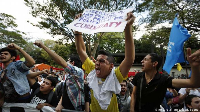 Paraguay Demonstranten gegen Urteil des Curuguaty-Falls (picture-alliance/dpa/J. Saenz)