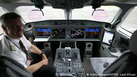 Großbritannien Flugschau Farnborough 2016 Cockpit Bombardier CS100 (Getty Images/AFP/D. Leal-Olivas)
