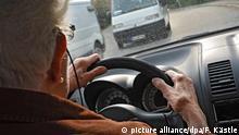 Deutschland Alte Dame am Steuer ihres Kleinwagens