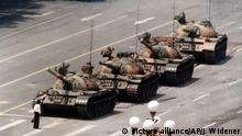 Ein Student Steht am 05.06.1989 auf dem Tianmen-Platz und blockiert den Weg der Panzern. A student, wearing white shirt, defies tank column in Tiananmen Square in Beijing, June 5, 1989. The man climbed on the lead tank, got down and again moved to block the tanks in this image of two from ABC News. (AP Photo/ABC News) | (c) picture alliance/AP/J. Widener