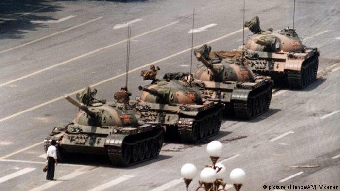 A student stands in front of a column of tanks in Tiananmen Square, Beijing, 1989 (picture alliance/AP/J. Widener)