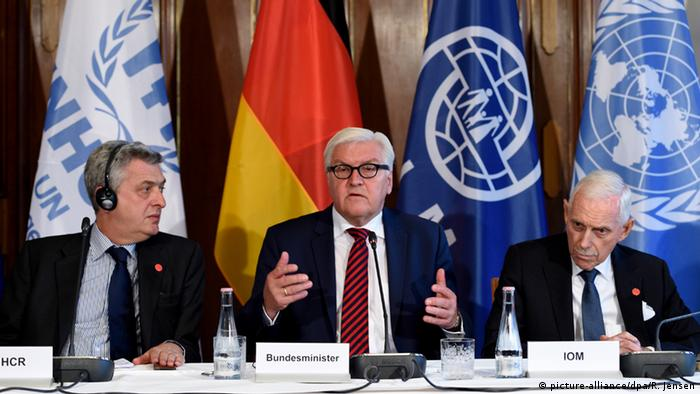 Frank-Walter Steinmeier, together with the UNCR's Filippo Grandi (left) and the IOM's William Swing (Foto: Rainer Jensen/dpa)