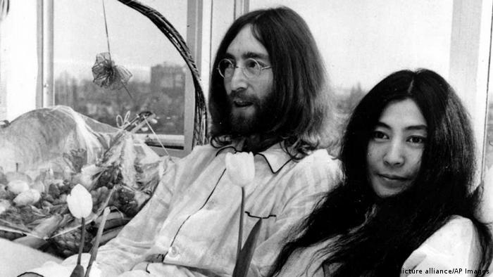 Lennon, Ono in bed Copyright: picture alliance/AP Images