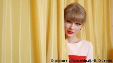 9.11.2012*** ©PHOTOPQR/LE PARISIEN/JEAN BAPTISTE QUENTIN ; PARIS 09/11/2012 HOTEL-DU-CRILLON PLACE DE LA CONCORDE LA JEUNE CHANTEUSE AMERICAINE TAYLOR SWIFT EN PROMO A PARIS American country singer Taylors Swift is pictured in Paris, France, on nov 9th 2012. | picture alliance/dpa/J.-B. Quentin