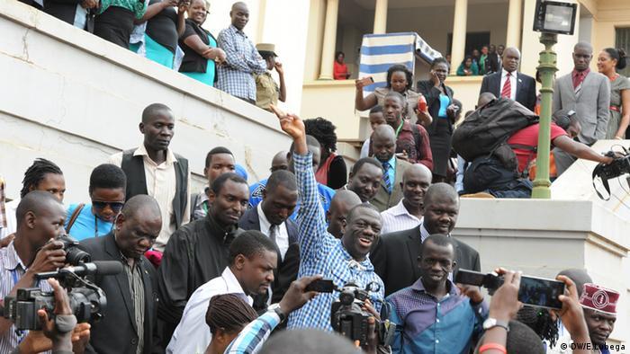 En février 2016, c'est la 4ème fois que l'opposant historique se présente contre Yoweri Museveni. Quand celui-ci est déclaré vainqueur et s'apprête à prêter serment pour un 5ème mandat, Kizza Besigye se fait investir président lors d'une cérémonie alternative. Il affirme détenir des preuves de sa victoire. Arrêté et inculpé pour haute trahison, il sera relâché quelques semaines plus tard.