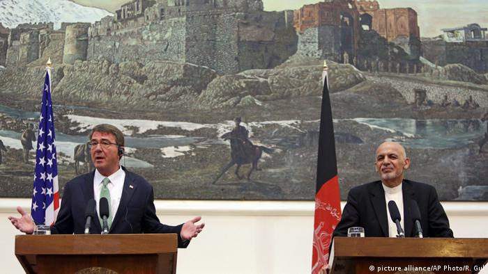 US Secretary of Defense Ash Carter, left, speaks as Afghan President Ashraf Ghani, right, listens during press conference at the Presidential Palace in Kabul, Afghanistan, Tuesday, July 12, 2016 (AP Photo/Rahmat Gul)