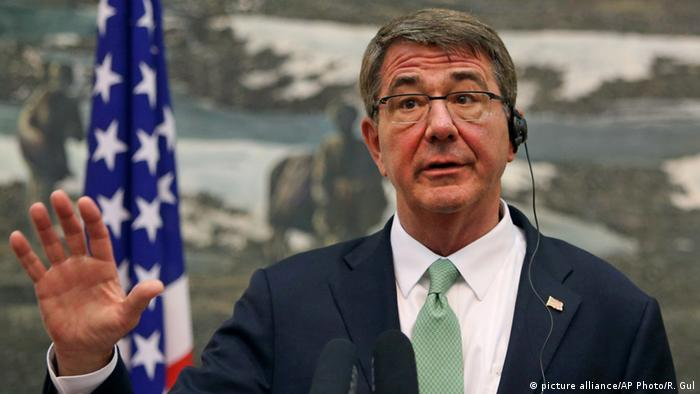 Afghanistan Besuch Ash Carter (picture alliance/AP Photo/R. Gul)