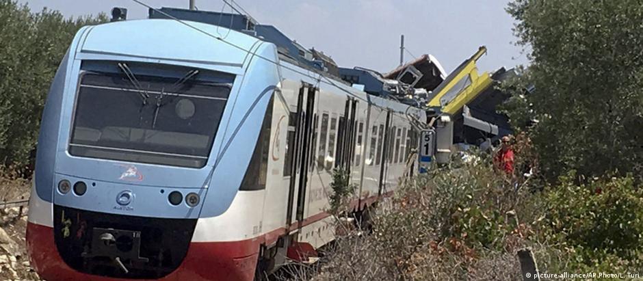 Trens colidiram nesta terça na região de Apúlia, no sul da Itália