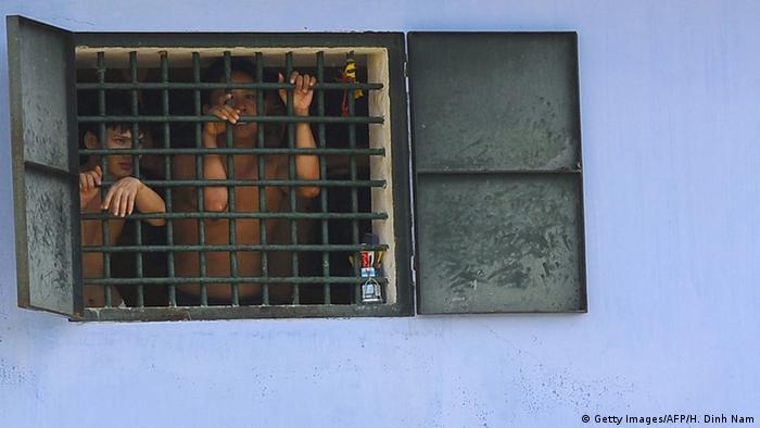 Vietnam Hoang Tien Gefängnis vergittertes Fenster
