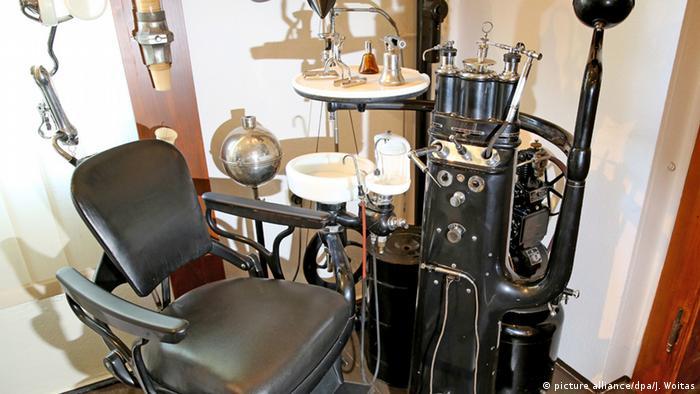 Стоматологический кабинет 1930-х гг.
