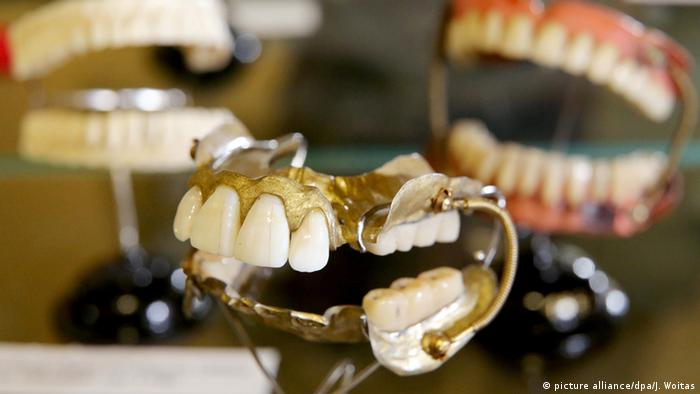 Historic dentures on show at the Dentalmuseum in Zschadraß, Copyright: picture alliance/dpa/J. Woitas