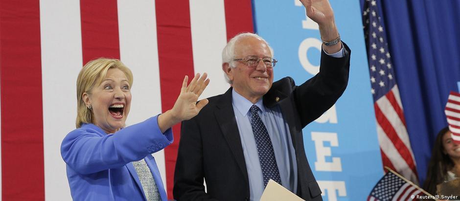 Hillary Clinton e Bernie Sanders em comício no estado de New Hampshire