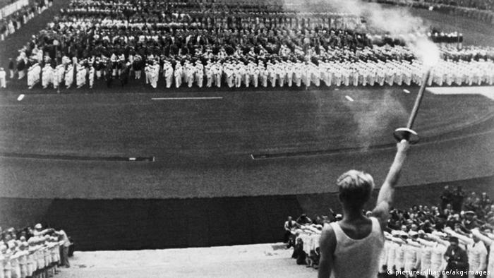 Torch bearer at the opening to the 1936 Olympic Games in Berlin, Copyright: picture-alliance/akg-images