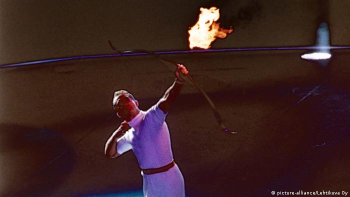 Archer Antonio Rebollo shoots the Olympic flame at the opening of the 1992 Olympic Games in Barcelona, Copyright: picture-alliance/Lehtikuva Oy