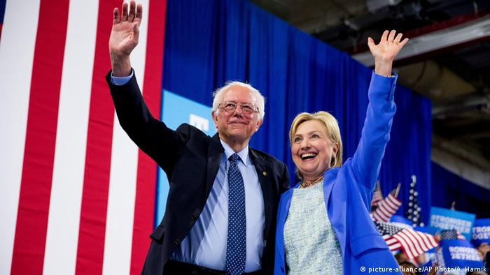 USA Portsmouth Hillary Clinton und Bernie Sanders Foto: picture-alliance/AP Photo/A. Harnik
