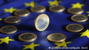 Монеты достоинством в 1 евро на флаге ЕС