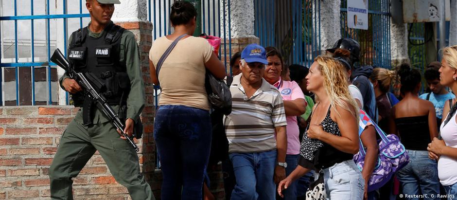 Militares venezuelanos iniciam missão emergencial de abastecimento decretada por Maduro