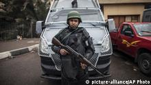 25.1.2016 *** A policeman stands guard as they patrol a street on Police Day, which is also the anniversary of the 2011 uprising, in Tahrir Square, in the Haram district of Cairo, Egypt, Monday, Jan. 25, 2016. The uprising failed to bring about the goals of democracy and freedom the pro-democracy youths who spearheaded the 'revolution' had espoused. The run-up to the anniversary has seen stepped-up security measures as well as a new wave of arrests and security checks in downtown. (AP Photo) Copyright: picture-alliance/AP Photo