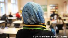 ARCHIV - ILLUSTRATION - Eine Schülerin mit Kopftuch nimmt am 27.01.2009 in Hamm (Nordrhein-Westfalen) am Unterricht in einer Schule teil. Darf eine katholische Schule einer muslimischen Schülerin das Tragen eines Kopftuchs verbieten und sie vom Unterricht suspendieren? Nein, sagt das Schulministerium. In Wuppertal ist es darüber zum Streit gekommen. +++ (C) picture-alliance/dpa/B. Thissen