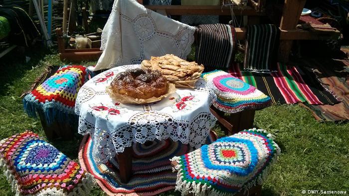 Софра - традиционный гагаузский стол с рядом стоящими скамейками