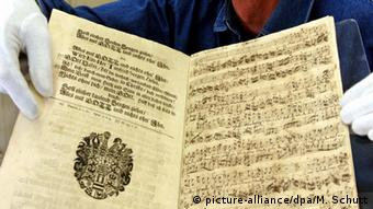 Original manuscript of a composition by Johann Sebastian Bach (picture-alliance/dpa/M. Schutt)