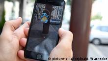 13.07.2016 ILLUSTRATION - Ein Mann spielt am 13.07.2016 in Berlin das Spiel Pokemon Go auf seinem Smartphone. Foto: Andrea Warnecke | Verwendung weltweit (c) picture-alliance/dpa/A. Warnecke
