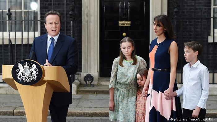 Großbritannien Cameron verlässt mit seiner Familie Downing Street (picture alliance/dpa/A. Rain)