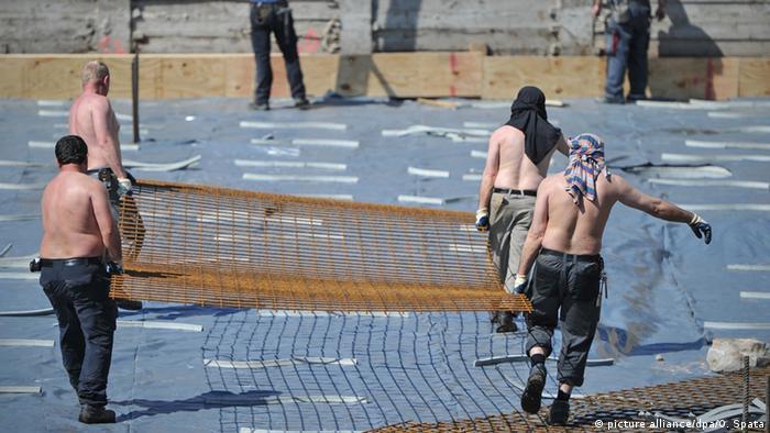 Deutschland Arbeiter auf einer Baustelle in Berlin