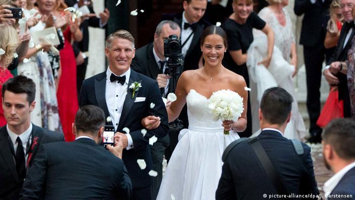 Italien Kirchliche Trauung Bastian Schweinsteiger und Ana Ivanovic (picture-alliance/dpa/J. Carstensen)