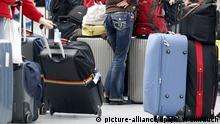 ARCHIV - Fluggäste warten vor den Check-In-Schaltern am 25.01.2013 im Flughafen in Düsseldorf (Nordrhein-Westfalen) auf ihre Abfertigung. Die Schlichtungsstelle für den öffentlichen Personenverkehr (SÖP) hat in diesem Jahr so viele Beschwerden erhalten wie noch nie. (zu: Vor allem Fluggäste suchen Hilfe beim Reiseschlichter ) +++(c) picture-alliance/dpa/R. Weihrauch