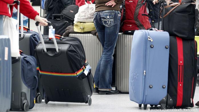 Wartende Passagiere am Düsseldorfer Flughafen (Foto: Copyright picture-alliance/dpa/R. Weihrauch)