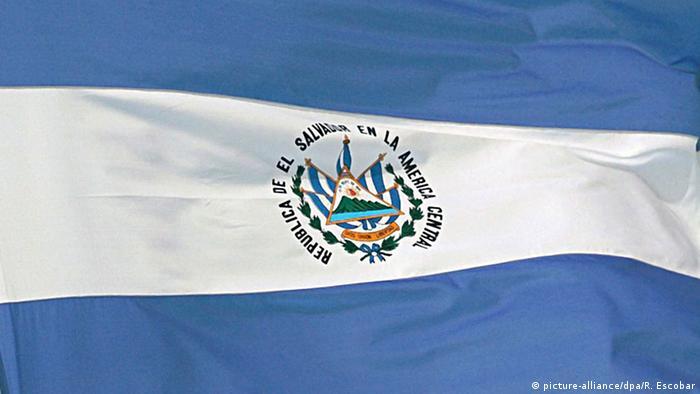 El Salvador Flagge (picture-alliance/dpa/R. Escobar)