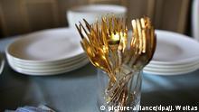 ARCHIV - ILLUSTRATION - Goldene Gabeln stehen am 15.05.2014 auf einer Kaffeetafel in Altenburg (Thüringen). (zu dpa-Meldung zur Vorstellung des World Wealth Reports 2016 vom 23.06.2016) +++(c) dpa - Bildfunk+++ | Verwendung weltweit +++ (C) picture-alliance/dpa/J. Woitas