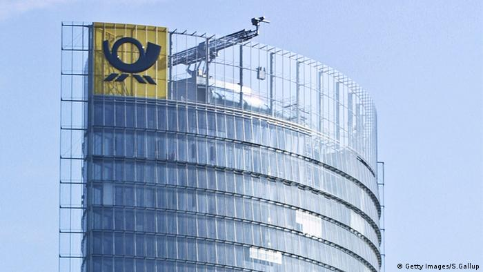 Deutsche Post Emblem Logo Post Tower Bonn Deutschland (Getty Images/S.Gallup)