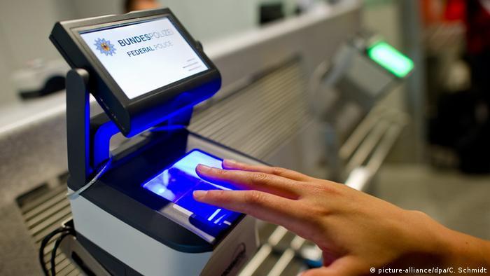Flughafen Frankfurt am Main Finger auf Scanner